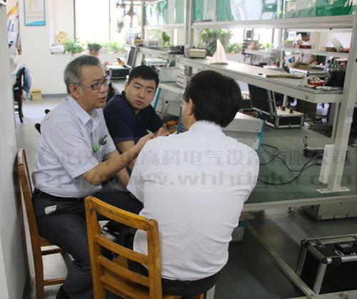 日本团队在车间检测产品